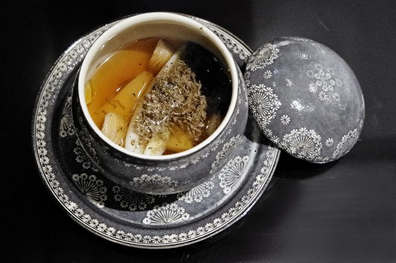 気仙沼産フカヒレコラーゲンの頂湯蒸しスープ