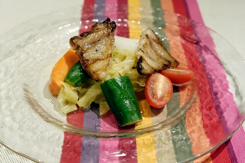 「月の輪熊のベーコン焙り 有機野菜のマリネ」ブラッスリー ギョラン