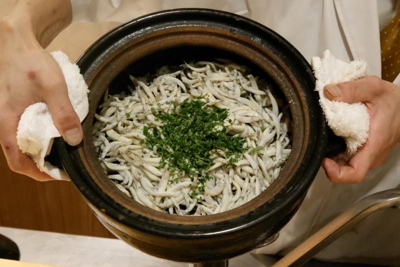 「氷魚とワラビの炊き込みご飯」銀座しのはら