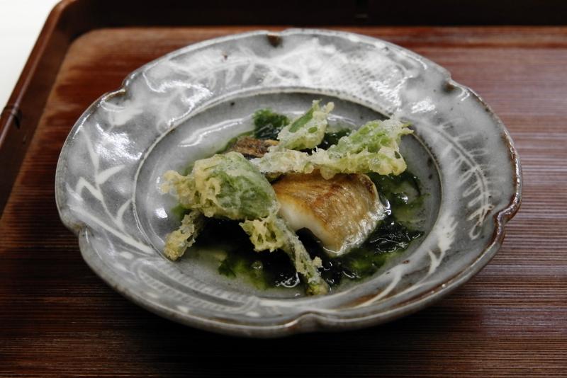 太刀魚、コシアブラ、アオサのソース」