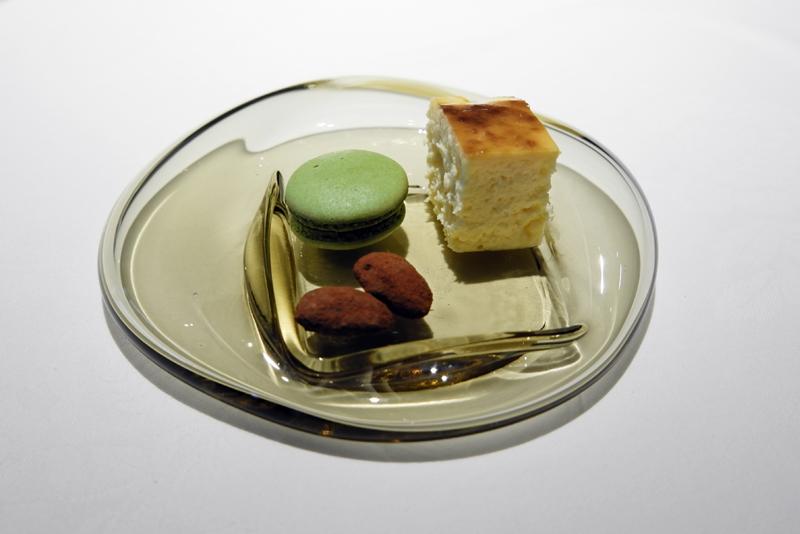 バスクチーズケーキ、アーモンドチョコ、抹茶マカロン