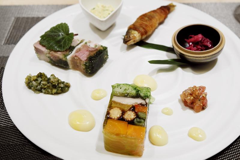 八寸 ジャンボン・ペルシェ、野菜のゼリー寄せ、鮎など