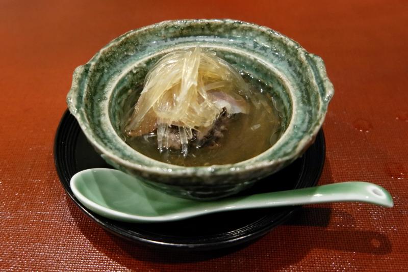 メジロ鮫と黒米団子の上湯スープ