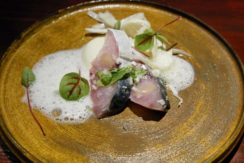 青森 秋鯖の軽い燻製、根セロリのピューレ