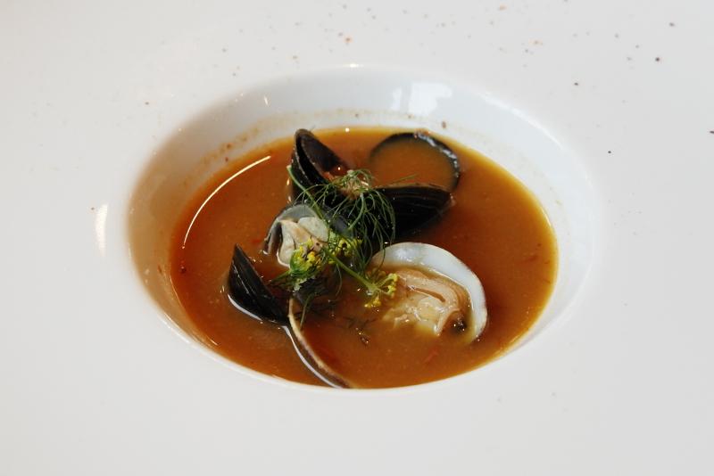 玄界灘産クエの出汁スープ、サフラン風味