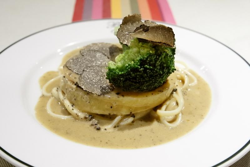 フランス ブレス産シャポンのパロティーヌ、トリュフ風味