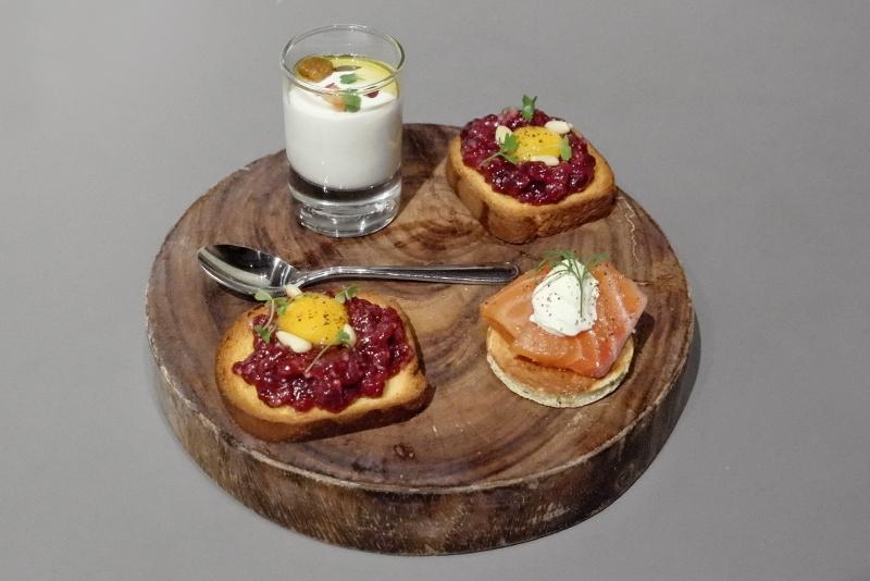 鯨のタルタル ブリオッシュ、新玉ねぎのババロワ ピスタチオの香り、スモークサーモンと小さなパンケーキ