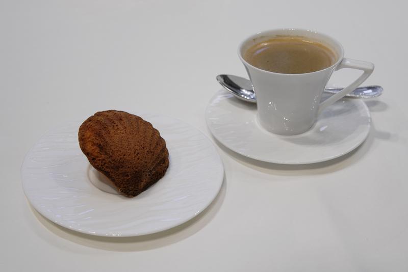 自家製マドレーヌ、コーヒー