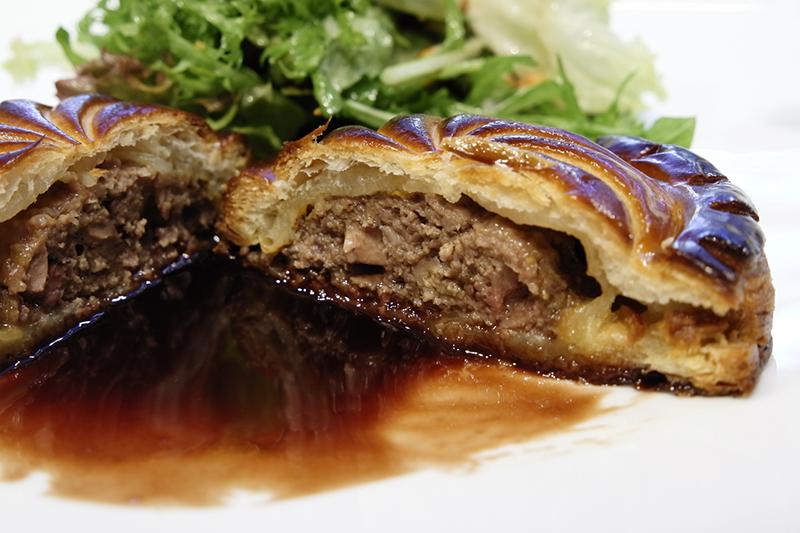 蝦夷鹿のパイ包み焼き、サラダ、ソースグランヴヌール