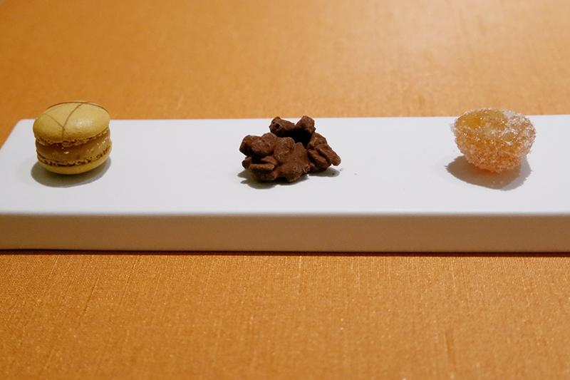 塩キャラメルのマカロン、チョコクランチ、金柑のコンポート