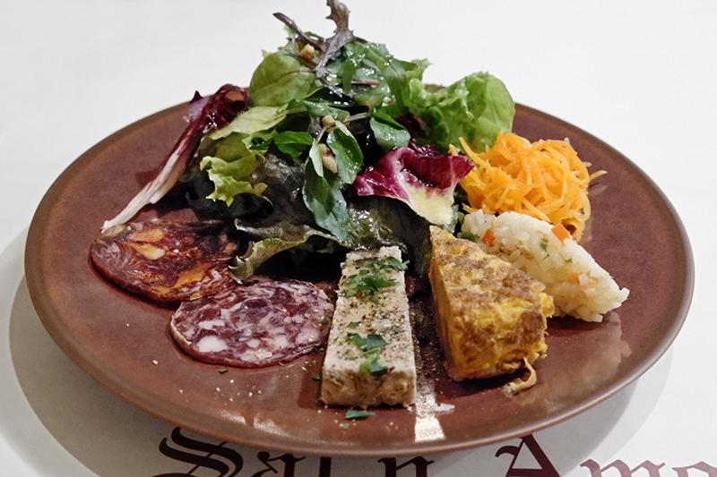 豚肉とオリーブのパテ、じゃが芋のオムレツ、米のサラダ、チョリソー、人参ラペ