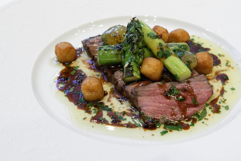 国産牛肉のグリエ、ハーブのソース、レザン、アスパラガス