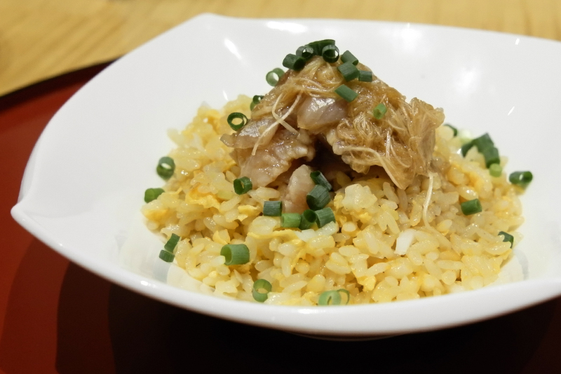 竹魚炒飯/葱オイルでマリネした鯵をのせたしっとりチャーハン