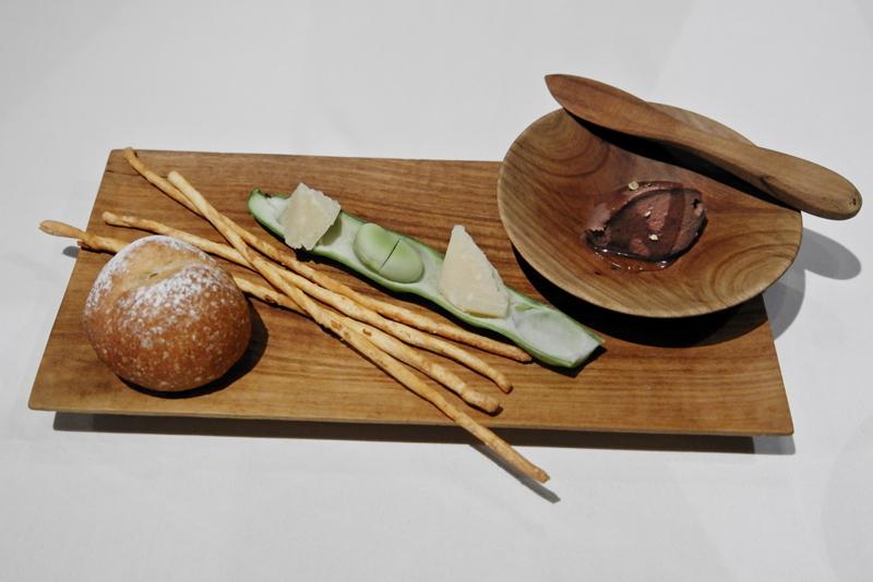 ファーベ(空豆)、ペコリーノ、鳩のレバーペースト、トマトのグリッシーニ、牛脂の丸パン
