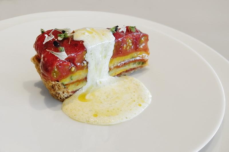 エアルームトマトタルト、ガーデンバジルとプラッターチーズ