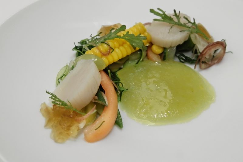ホタテのコンフィ、夏野菜、コンソメジュレ、マスカット