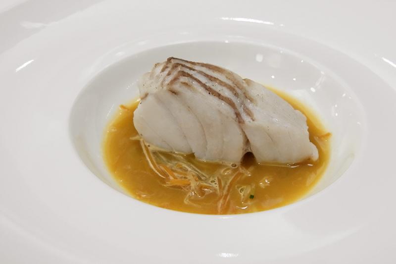 青森産鱈のポワレ、オマール海老と野菜のソース