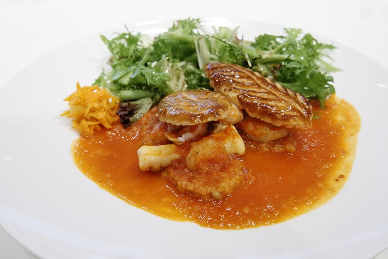 焼きたてパイ生地と魚介類のトマトソース